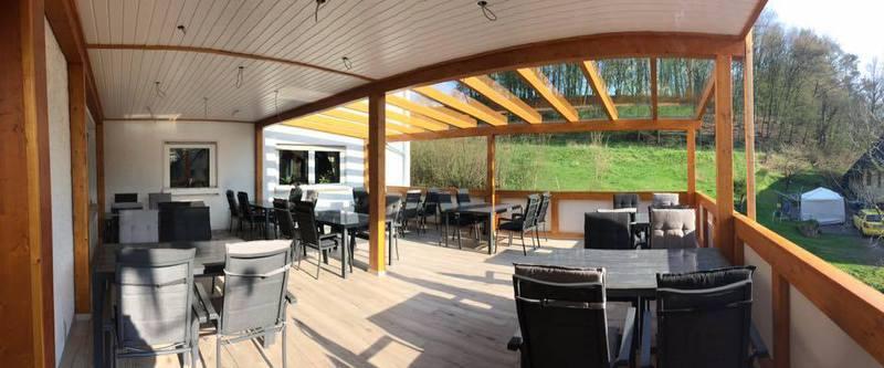 Auf Unserer Neu Gestalteten überdachten Terrasse Können Sie Es Sich Auch Im  Regen Gemütlich Machen Und Den Abend Ausklingen Lassen.